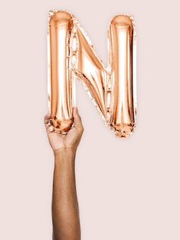 Hand, die ballonbuchstabe n hält