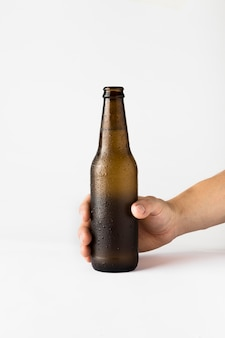 Hand, die bierflasche hält
