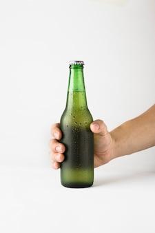 Hand, die bierflasche hält Kostenlose Fotos