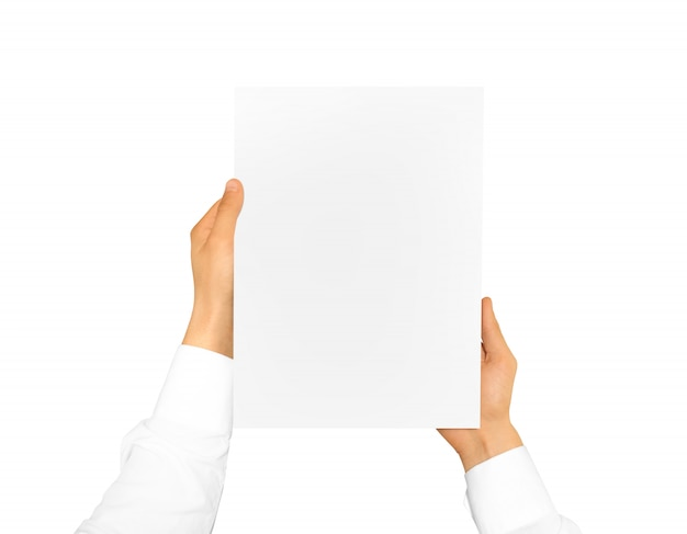 Hand, die blatt des leeren papiers hält