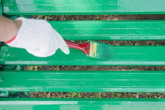 Hand, die bürstenmalerei-bauholzwand hält