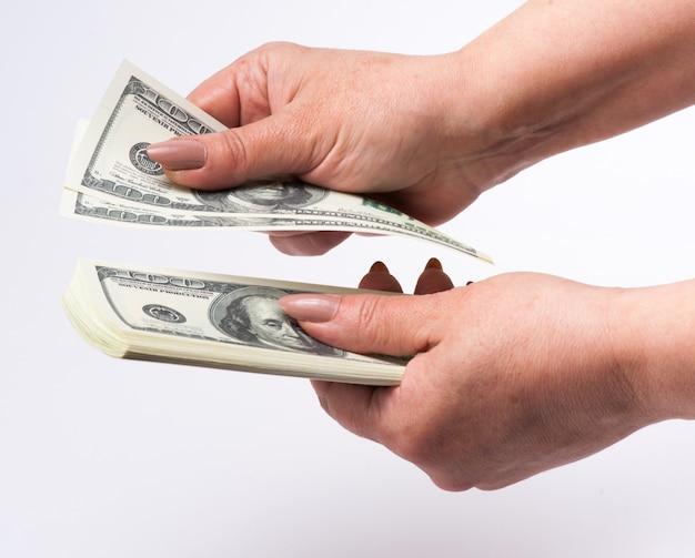 Hand, die das geld getrennt zählt