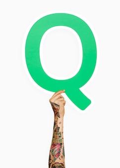 Hand, die den buchstaben q hält