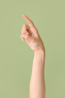 Hand, die den buchstaben z auf farbigem hintergrund zeigt. gebärdensprachalphabet