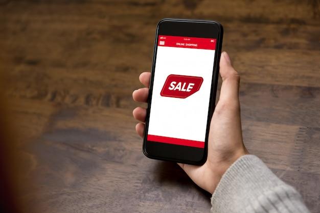 Hand, die den smartphone zeigt verkaufsförderungsaufkleber auf schirm hält