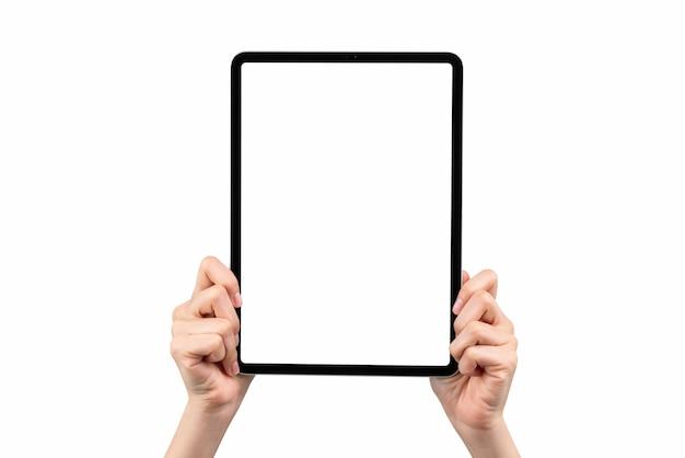 Hand, die digitales tablettenmodell des leeren bildschirms auf isoliert hält. nehmen sie ihren bildschirm, um werbung zu schalten.