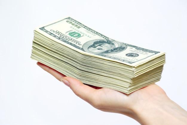 Hand, die dollarbanknoten hält