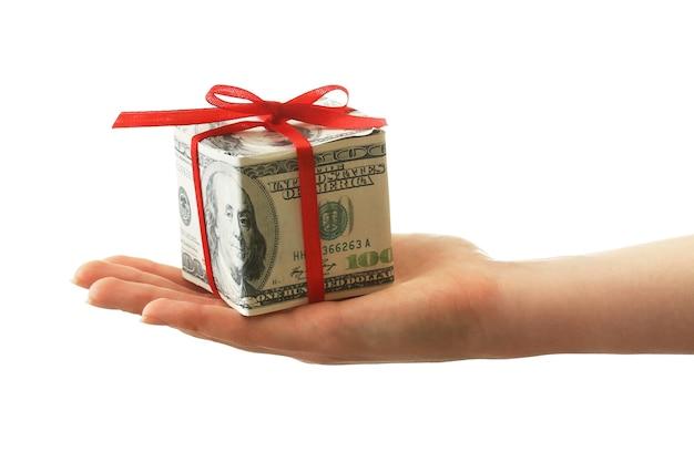 Hand, die dollargeschenkbox mit schleife lokalisiert auf weißer oberfläche hält