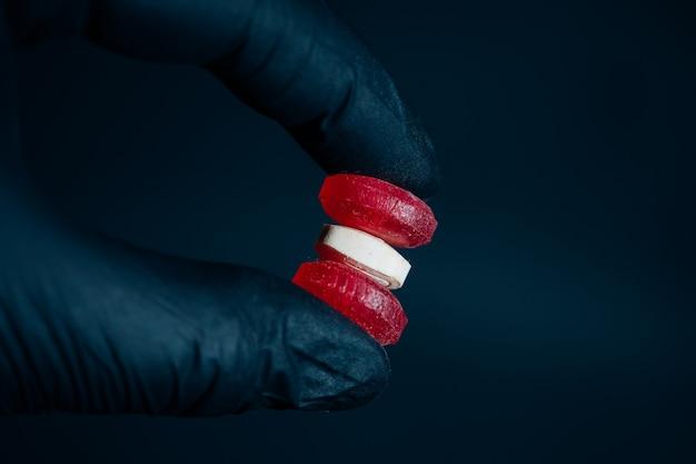 Hand, die drei pillen in der hand hält