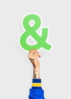 Hand, die ein ampersandzeichen hält