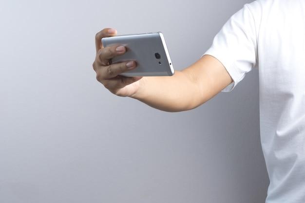 Hand, die ein foto oder ein video durch handy macht