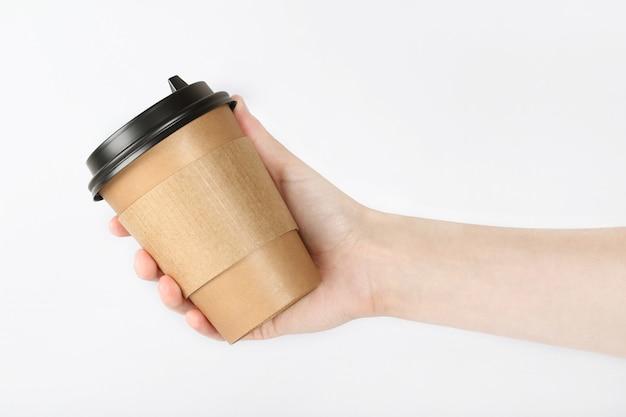 Hand, die ein glas mit kaffee hält. recycling und kunststofffreies konzept.