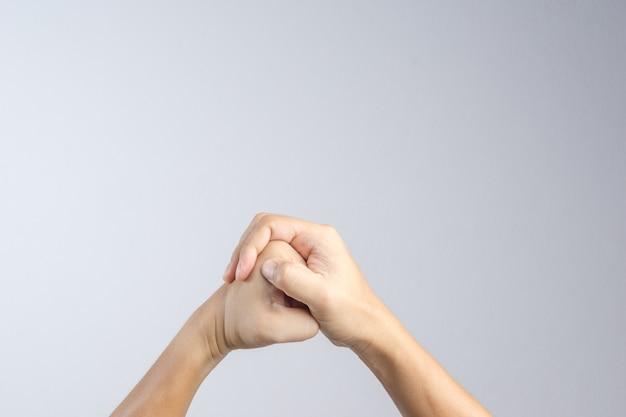 Hand, die eine geste der kampfkunst, des mutes und des energie- oder kampfsymbols macht