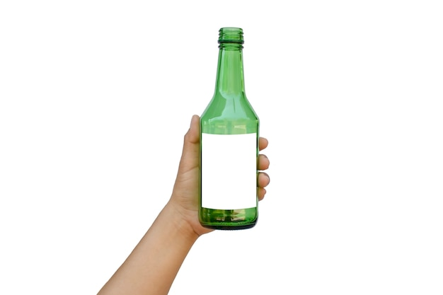 Hand, die eine leere grüne glasflasche mit einem textraum lokalisiert auf einem weißen hintergrund mit dem beschneidungspfad hält.