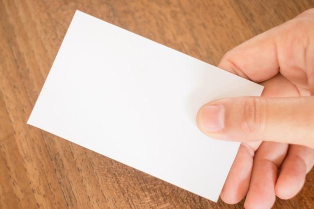 Hand, die eine visitenkarte anhält