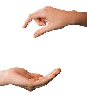 Hand, die etwas an eine andere hand weitergibt