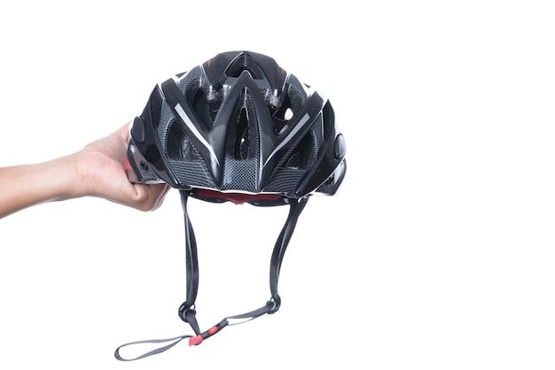 Hand, die fahrradschutzhelm für mountainbike oder allzweckreiter hält