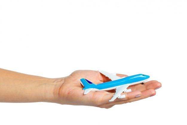 Hand, die flugzeugspielzeugmodell lokalisiert hält