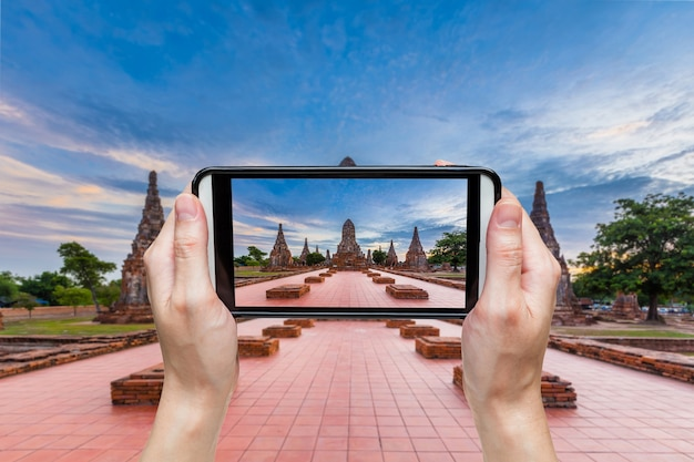 Hand, die foto am wat chaiwatthanaram-tempel, ayutthaya, thailand macht