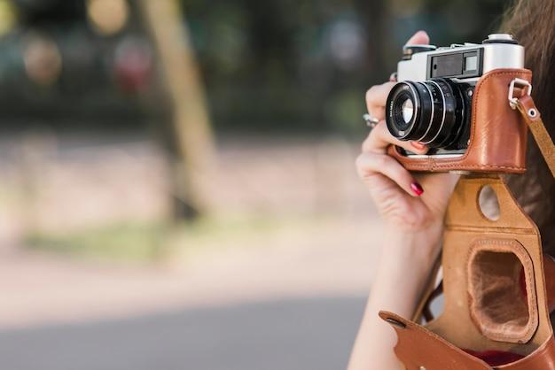 Hand, die foto auf alter kamera macht