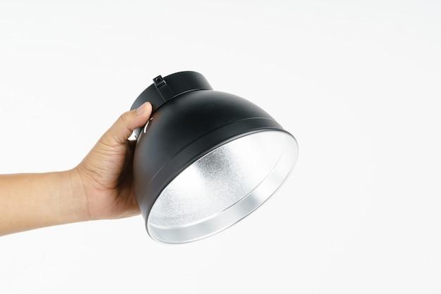 Hand, die fotostudio-standardreflektor hält