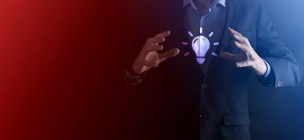 Hand, die glühbirne hält. smart idee symbol isoliert. innovation, lösungssymbol. energielösungen. power-ideen-konzept. elektrische lampe, technologische erfindung. menschliche handfläche. geschäftsinspiration.