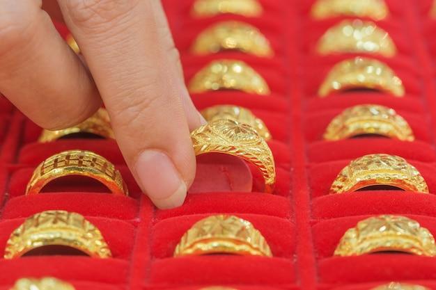 Hand, die goldene ringe wählt