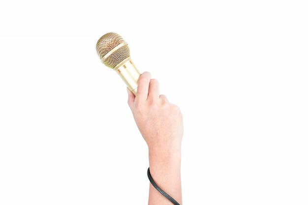 Hand, die goldmikrofon lokalisiert hält