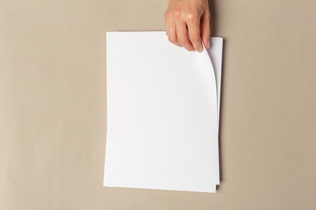 Hand, die größe der papiere a4 hält
