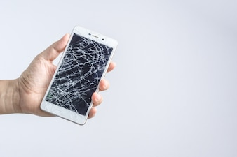 Hand, die Handy mit defektem Bildschirm hält