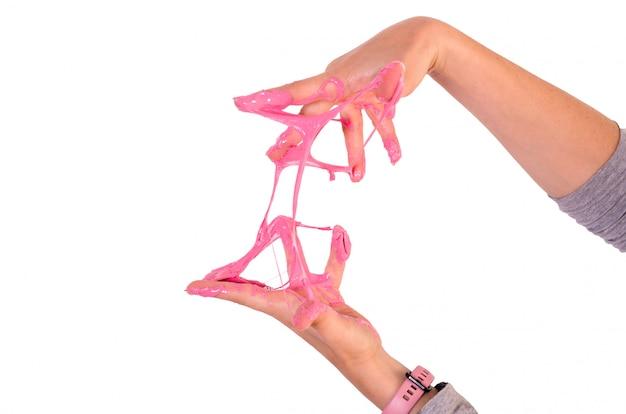 Hand, die hellen rosa schlamm hält. spiel mit dem beliebten selbstgemachten schleimspielzeug.