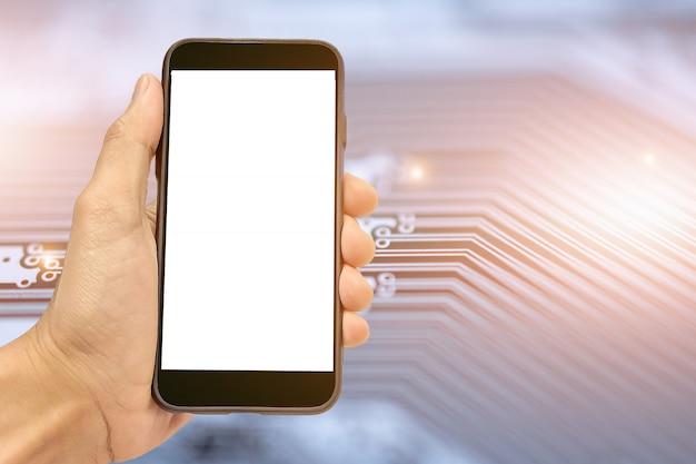 Hand, die intelligentes mobiltelefon auf pwb-stromkreishintergrund technologiekommunikation hält