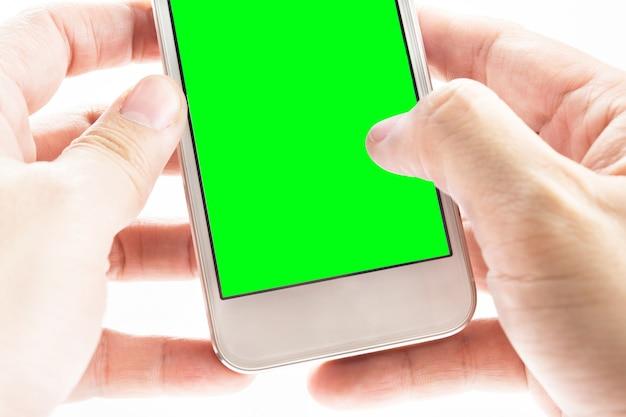 Hand, die intelligentes telefon mit grünem schirm auf whtie hintergrund hält