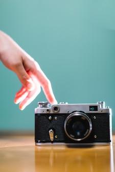 Hand, die kamera berührt