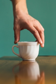 Hand, die keramischen cup nimmt