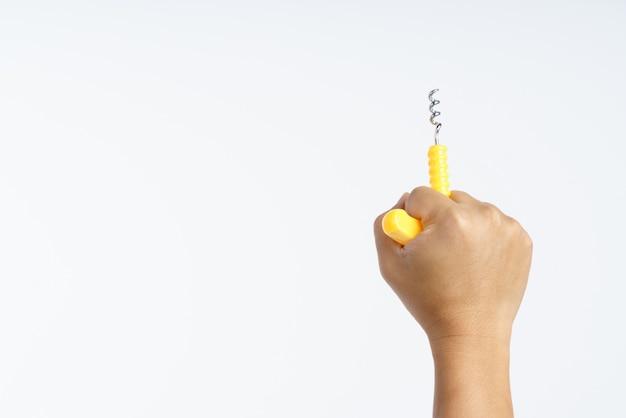 Hand, die korkenzieher mit plastikgriff hält