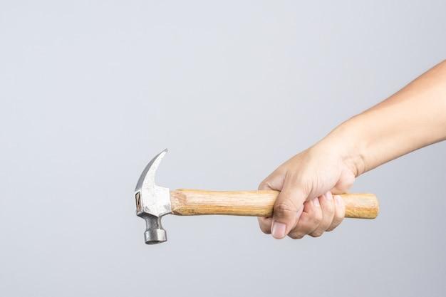 Hand, die kundenspezifischen hölzernen griffhammer hält