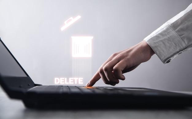 Hand, die laptop-tastatur tippt. löschen