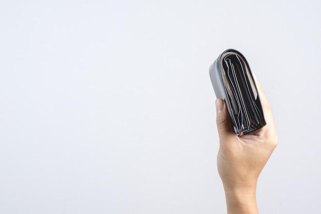 Hand, die lederne geldbörse des mannes voll mit thailändischen banknoten von 1000 baht oder von währung in thailand hält