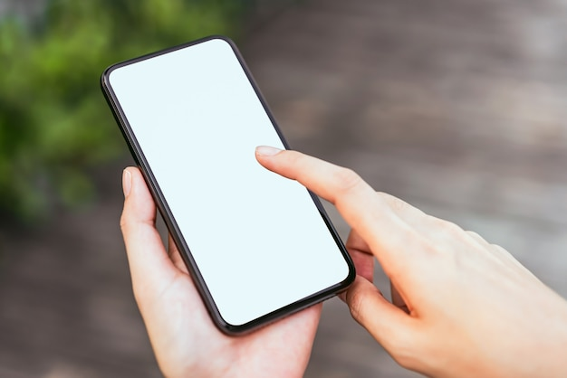 Hand, die leeren bildschirm des smartphone hält
