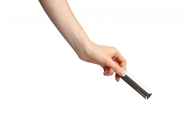 Hand, die lippenstifte lokalisiert auf weißem hintergrund hält