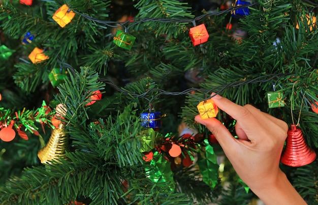 Hand, die magisches geschenk vom weihnachten dekorativ hält. frohe weihnachten und happy new year-konzept.