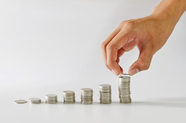 Hand, die münze für das speichern des konzeptes hält