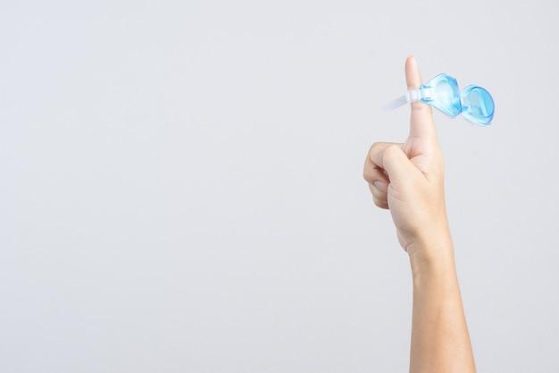 Hand, die paare schwimmenschutzbrillen oder -gläser anhält