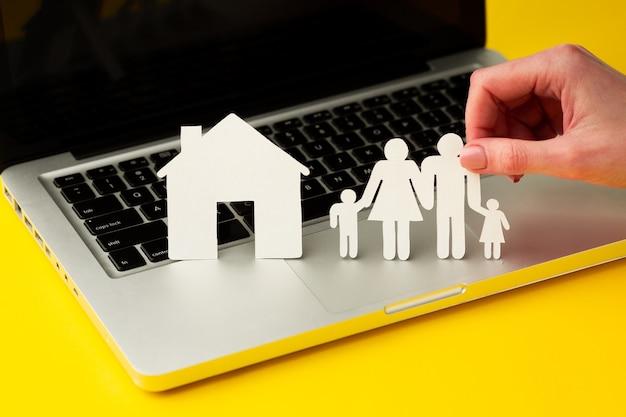 Hand, die papierschnittfamilienfigur hält
