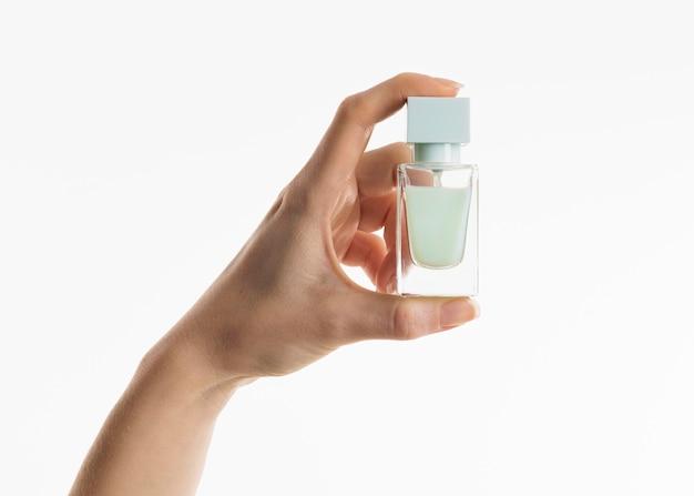 Hand, die parfümflasche hält