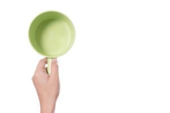 Hand, die Plastikbadschüssel für Dusche oder Bewässerung hält