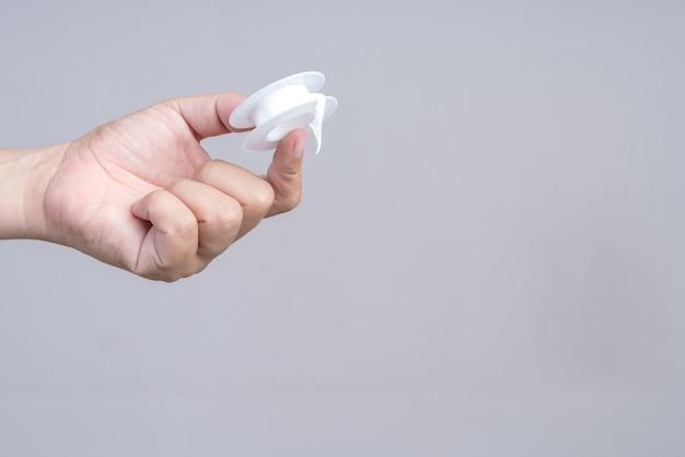 Hand, die rohrgewindedichtungsband hält