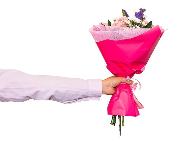 Hand, die rosenstrauß lokalisiert gegen weißen hintergrund hält. schöne rosa blumenstraußnahaufnahme in der hand eines mannes.