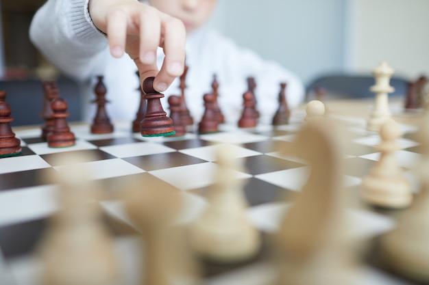 Hand, die schach bewegt
